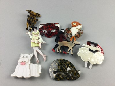 Lot 90 - A LOT OF BROOCHES