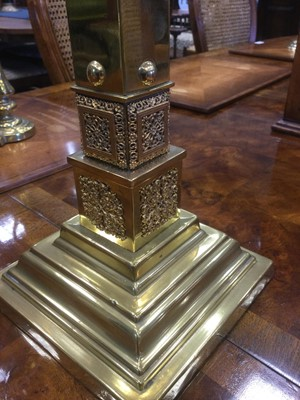 Lot 1362 - A VICTORIAN BRASS SQUARE COLUMN OIL LAMP