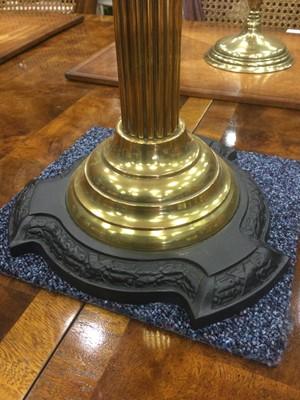 Lot 1363 - A VICTORIAN BRASS FLUTED COLUMN OIL LAMP