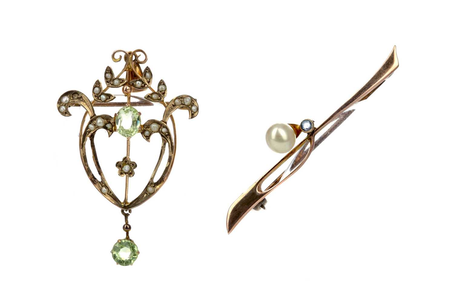 Lot 312 - A GREEN GEM SET AND SEED PEARL HOLBEIN AND A BAR BROOCH