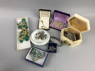 Lot 31 - A LOT OF COSTUME JEWELLERY INCLUDING BROOCHES AND RINGS
