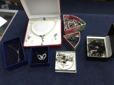 Lot 54 - A COLLECTION OF COSTUME AND OTHER JEWELLERY