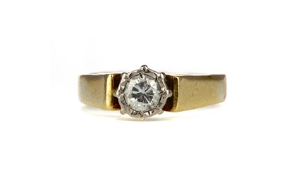 Lot 326 - A DIAMOND SOLITAIRE RING