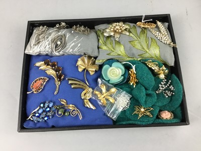 Lot 11 - A LOT OF COSTUME JEWELLERY BROOCHES