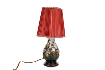 Lot 1046 - A CONTEMPORARY MOORCROFT TABLE LAMP