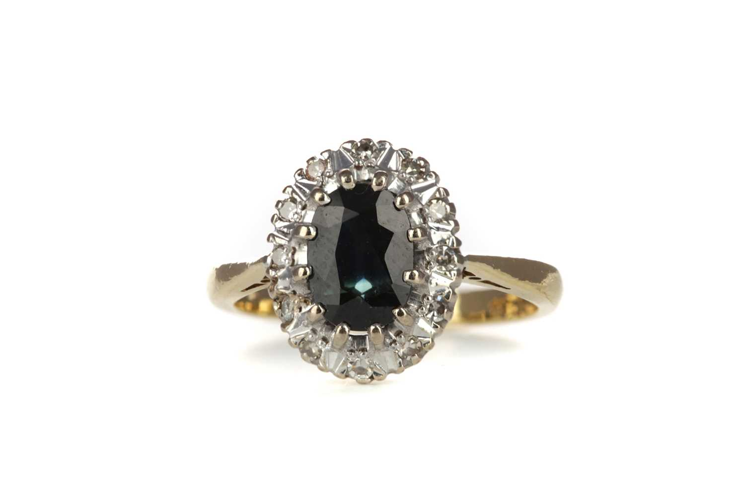 Lot 332 - A SAPPHIRE AND DIAMOND RING