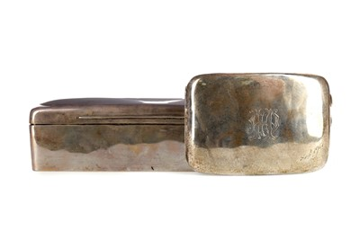 Lot 478 - A SILVER CIGARETTE BOX AND A CIGARETTE CASE