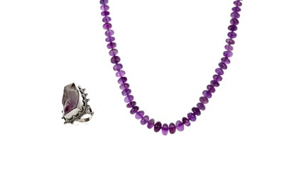 Lot 429 - AN AMETHYST RING AND BEAD NECKLACE