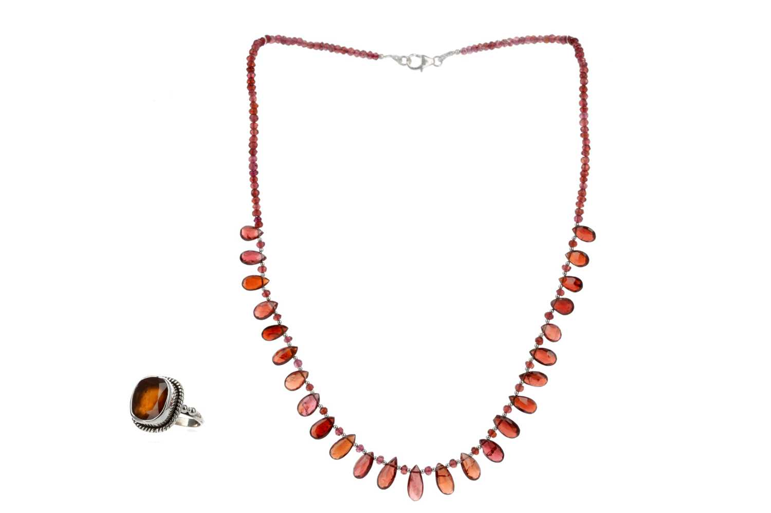 Lot 369 - A GARNET NECKLACE AND RING