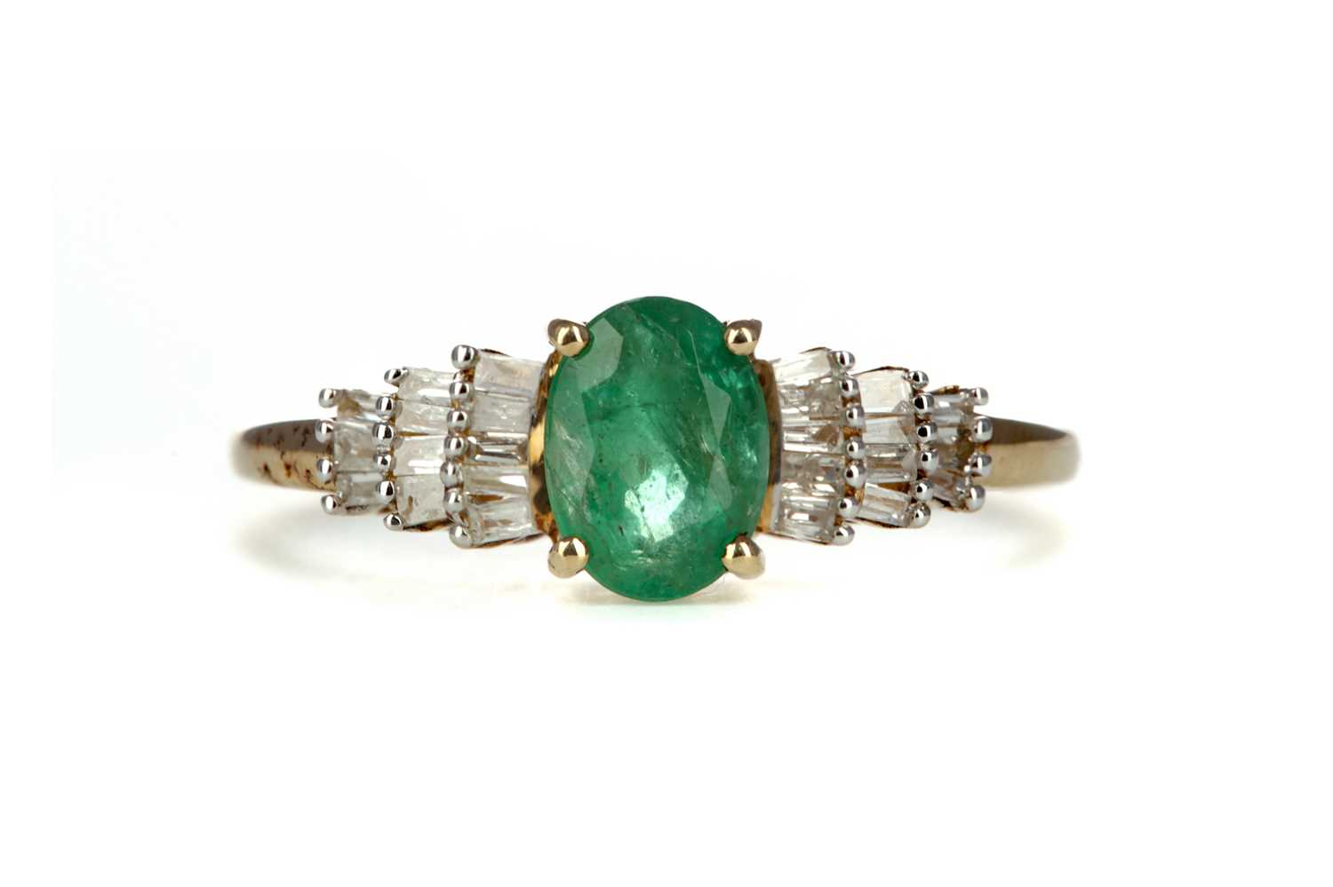 Lot 335 - AN EMERALD AND DIAMOND RING