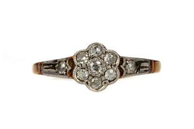Lot 381 - A DIAMOND DAISY CLUSTER RING