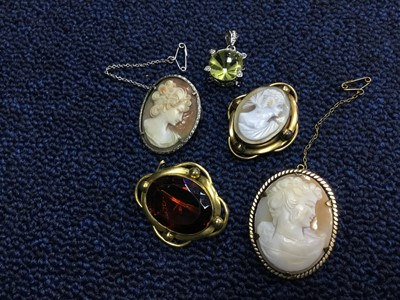 Lot 91 - A LOT OF BROOCHES
