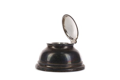 Lot 492 - AN EARLY 20TH CENTURY SILVER INKWELL