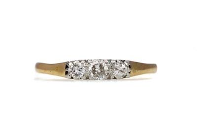 Lot 1318 - A DIAMOND THREE STONE RING