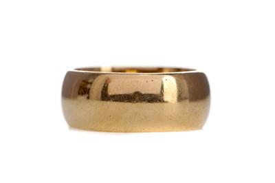 Lot 1319 - A GOLD WEDDING BAND