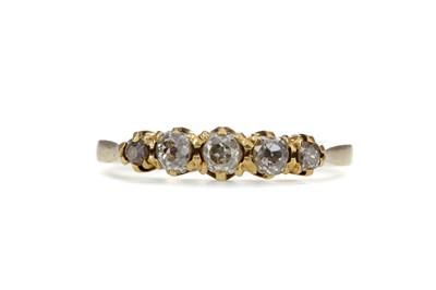 Lot 1323 - A DIAMOND FIVE STONE RING
