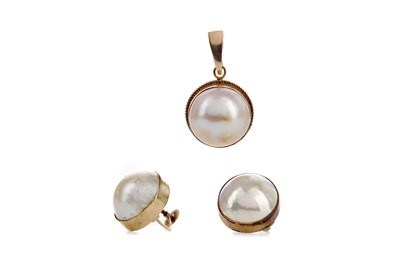 Lot 1338 - A BLISTER PEARL PENDANT AND EARRING SET
