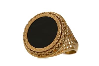 Lot 1346 - A BLACK HARDSTONE RING
