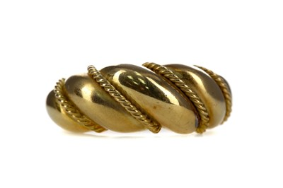 Lot 1356 - A GOLD RING