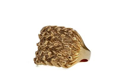 Lot 1360 - A GOLD DRESS RING