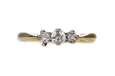 Lot 1461 - A DIAMOND THREE STONE RING
