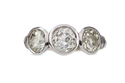 Lot 1487 - A DIAMOND THREE STONE RING