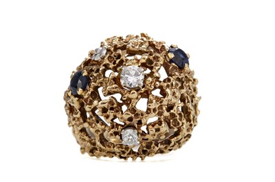 Lot 1381 - A DIAMOND AND BLUE GEM SET BOMBE RING
