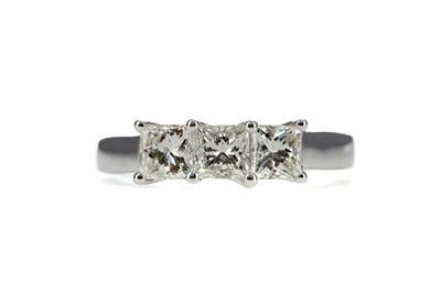 Lot 1393 - A DIAMOND THREE STONE RING