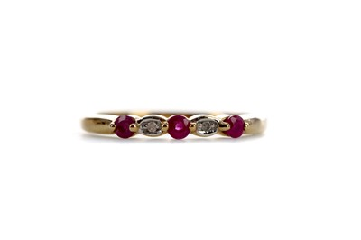 Lot 856 - A RUBY AND DIAMOND RING
