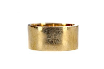 Lot 1457 - A BROAD GOLD WEDDING BAND