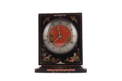 Lot 1107 - AN EARLY 20TH CENTURY JAPPANED MANTEL CLOCK