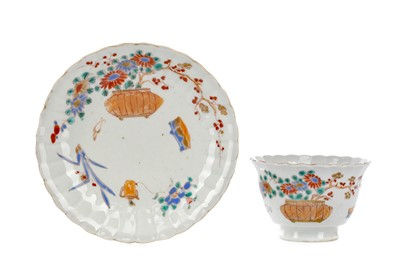 Lot 993 - AN EARLY 20TH CENTURY CHINESE TEA BOWL AND STAND
