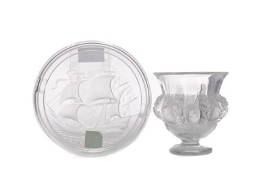 Lot 1085 - A LALIQUE CLEAR AND OPAQUE GLASS VASE AND A LALIQUE ASHTRAY