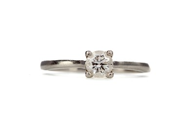 Lot 376 - A DIAMOND SOLITAIRE RING