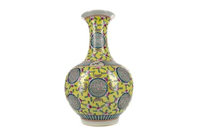 Lot 688 - A 20TH CENTURY QING STYLE CHINESE VASE