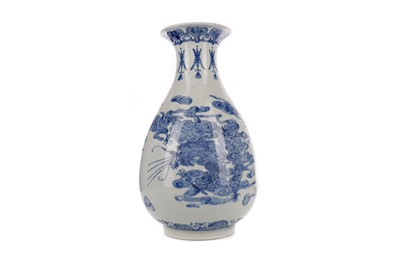 Lot 684 - A 19TH/20TH CENTURY CHINESE BLUE AND WHITE VASE