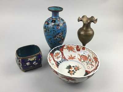 Lot 86 - A JAPANESE IMARI BOWL AND OTHER ITEMS