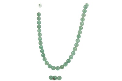 Lot 1621 - A CHINESE JADE BEAD NECKLACE