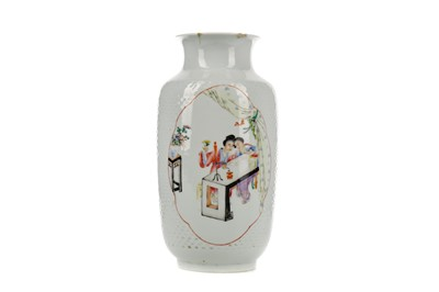 Lot 726 - AN EARLY 20TH CENTURY CHINESE FAMILLE ROSE VASE