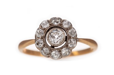 Lot 311 - A DIAMOND CLUSTER RING