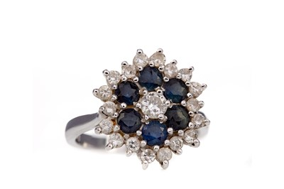 Lot 431 - A SAPPHIRE AND DIAMOND CLUSTER RING