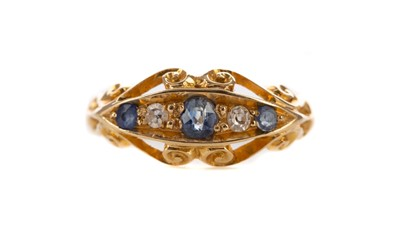 Lot 314 - A SAPPHIRE AND DIAMOND  RING