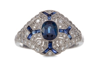Lot 433 - A SAPPHIRE AND DIAMOND RING