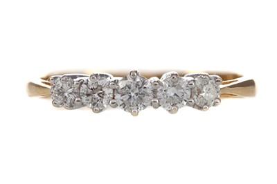 Lot 435 - A DIAMOND FIVE STONE RING