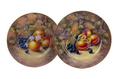Lot 1010 - A SET OF FOUR EARLY 20TH CENTURY CABINET PLATES