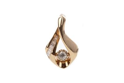Lot 808 - A DIAMOND PENDANT