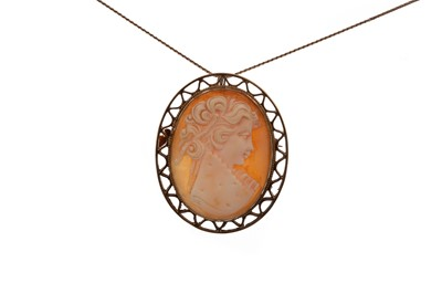 Lot 810 - A GOLD CAMEO BROOCH ON CHAIN