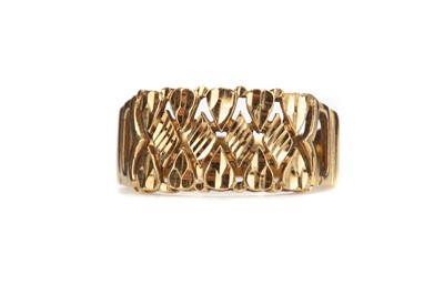 Lot 816 - A GOLD BAND