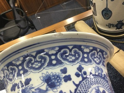 Lot 1634 - A LATE 19TH/EARLY 20TH CENTURY CHINESE BLUE AND WHITE PLANTER AND A PLATE