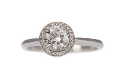 Lot 828 - A DIAMOND DRESS RING